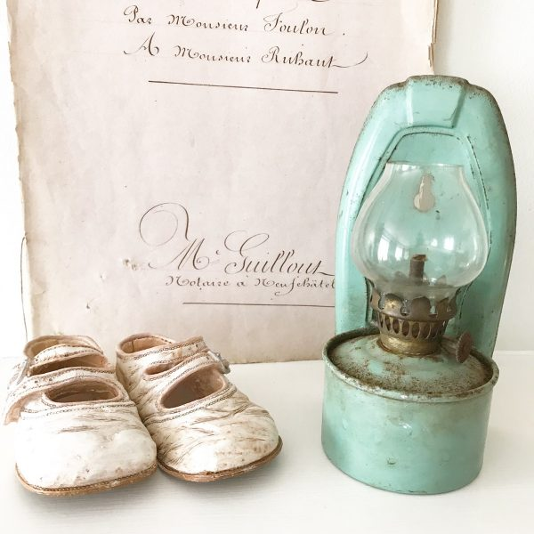 Wonderful vintage wall mountable oil lamp