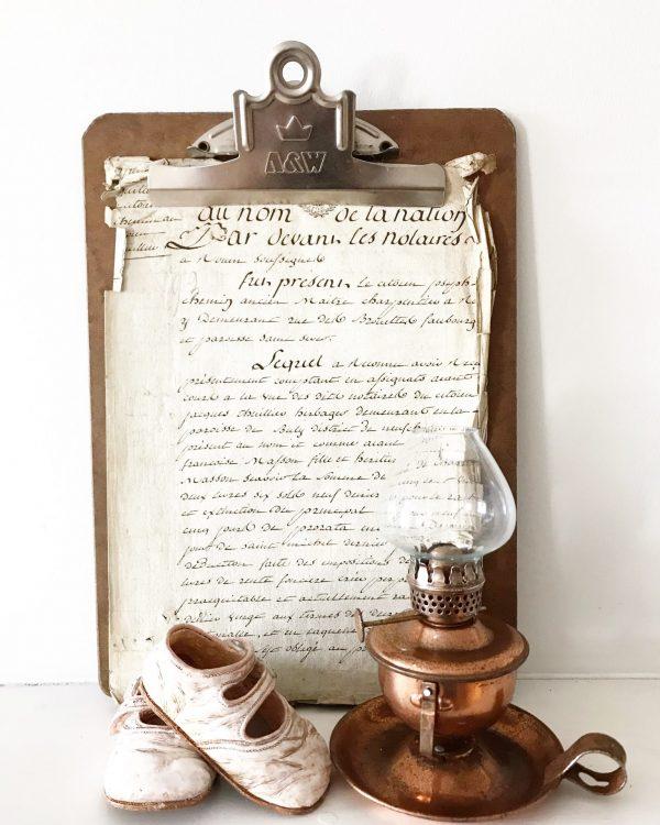 Adorable vintage oil lamp (wall mountable)